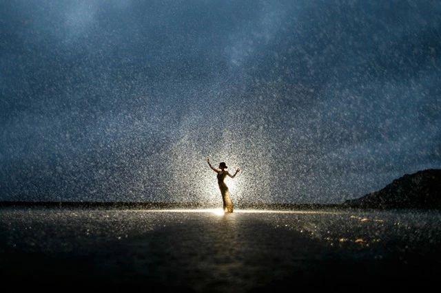 拍摄雨天唯美人像如何控制光线?