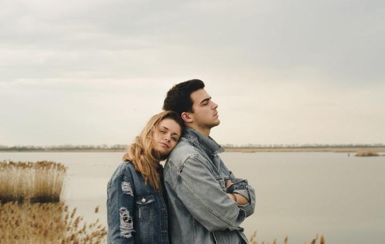 有哪些常用的情侣拍摄姿势?